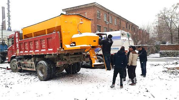 环卫工人扫雪除冰有了 新武器图片