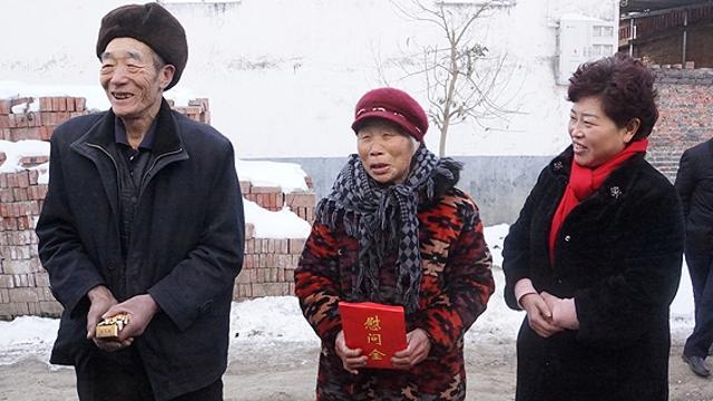 """商水县领导慰问""""红裤头""""王保华家人"""