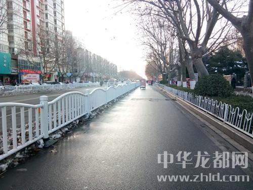 市城管部门及各单位组织志愿者清扫积雪