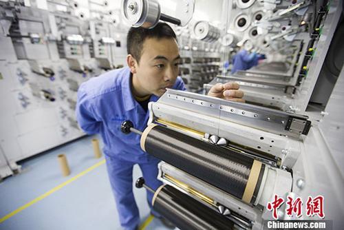 """图为中国科技""""工匠""""杨晗在生产线上作业。 <a target='_blank' href='http://www.chinanews.com/'>中新社</a>记者张云摄"""