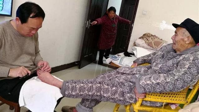 周口54岁中学校长给90多岁父亲洗脚 暖心照片走红网络