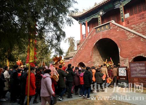 游客涌向淮阳县太昊陵祭拜人祖伏羲