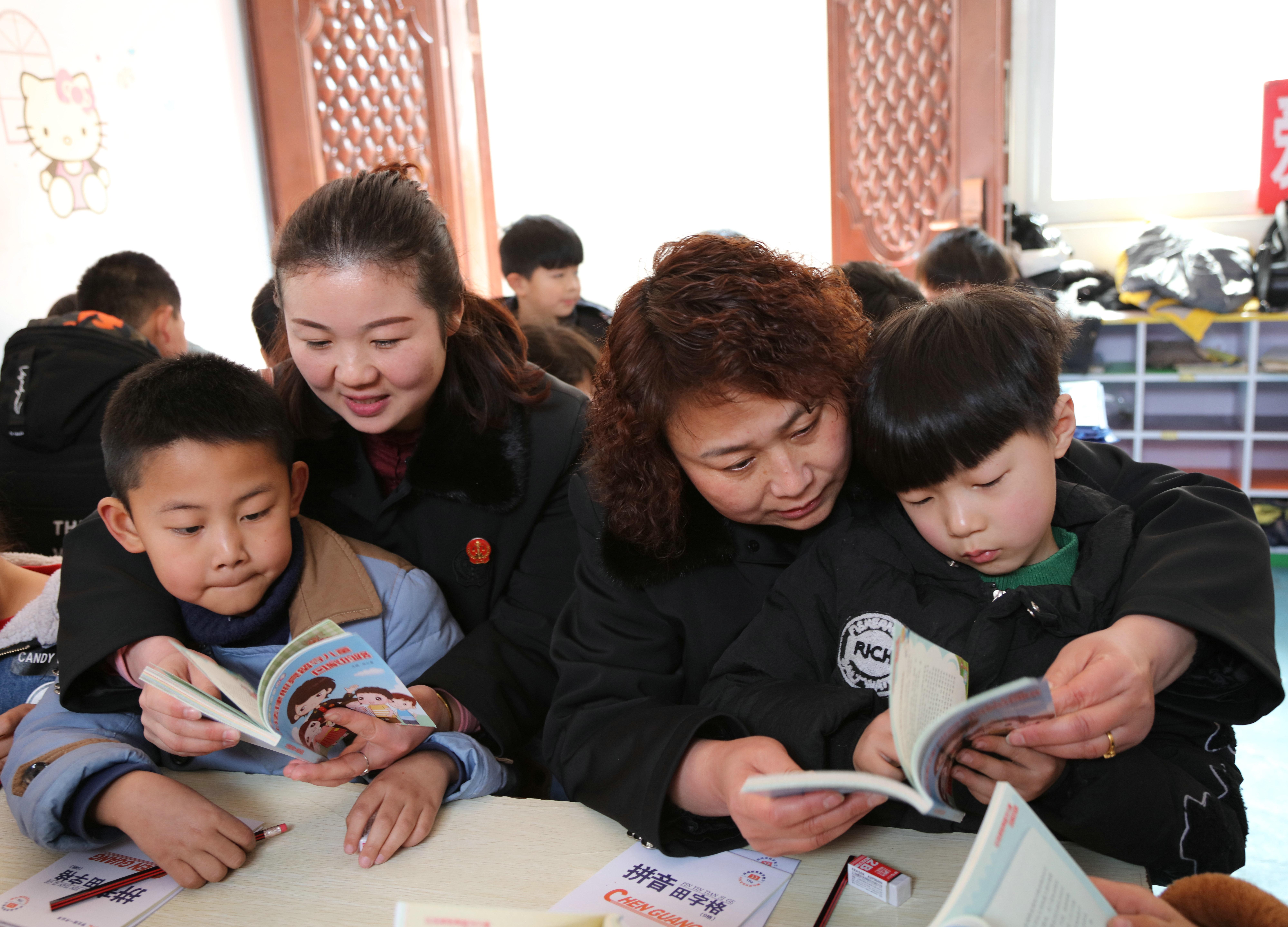 太康法院女法官向学生讲解普法漫画口袋书