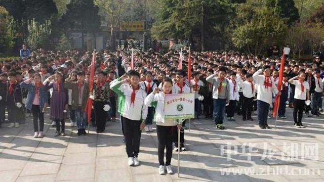 周口:小学生清明祭扫烈士陵园