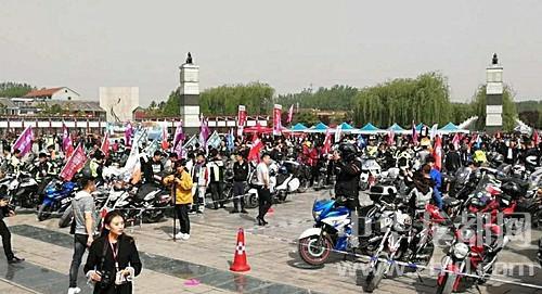 """14省市300多辆""""怪异""""摩托聚鹿邑 骑手特技表演增辉老子庙会"""
