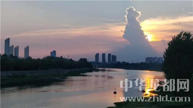 为了这朵云,周口人聚集在大庆路桥上……