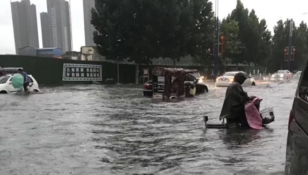 暴雨突袭周口道路变