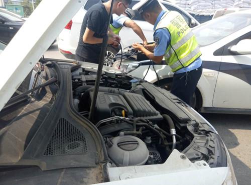 私家车抛锚 周口交警化身修理工