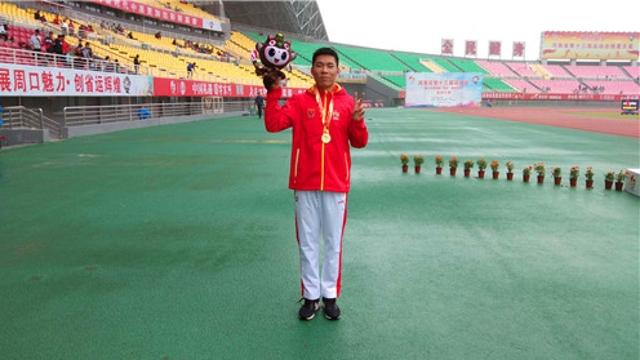 田径比赛少年男甲400米决赛 周口选手孙泽豪夺冠