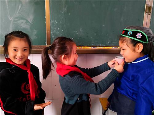 """周口:小学生扮演""""爷爷、奶奶"""" 感受重阳敬老情"""