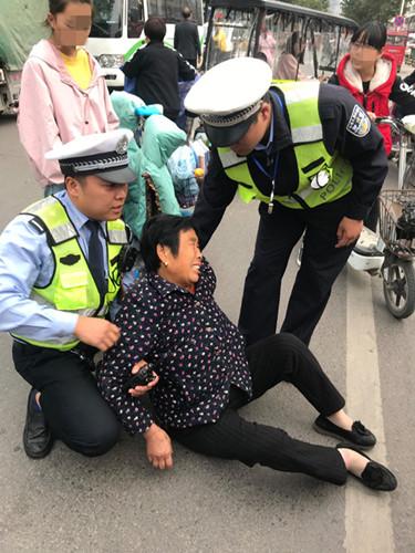 老人受伤倒地 周口交警跪地救助