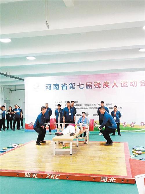南阳选手力举185公斤强势夺冠