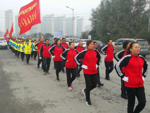 我市千余人参加全国老年人健步走大联动活动