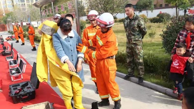 郸城:百余师生零距离体验消防