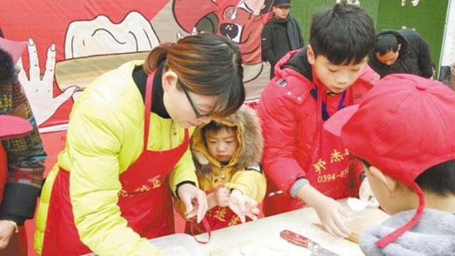 包饺子大赛暨《周口晚报》创刊15周年暖冬公益行活动隆重举行