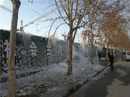 喷水成冰 周口街头现冰挂景观