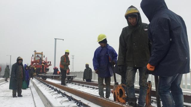 致敬!风雪中的高铁建设者