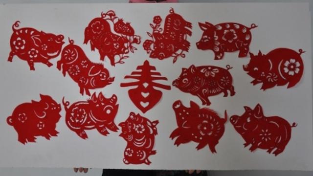 剪纸瑞猪闹新春