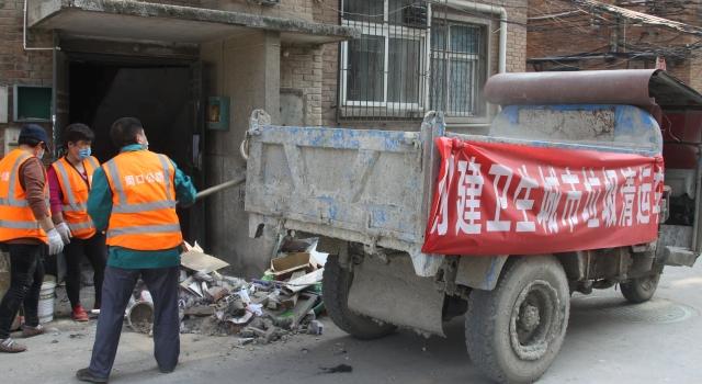 清理楼道垃圾 粉刷楼道墙壁