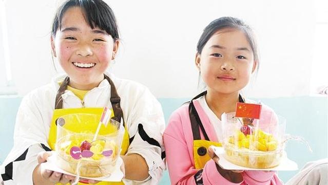 """周口留守儿童做蛋糕庆""""六一"""""""