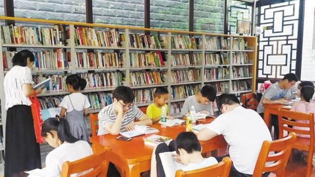 智慧图书馆里读书忙