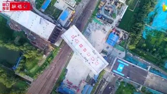 壮观!今晨,亚虎老虎机八一大道2万吨庞然大物空中转体近2小时!