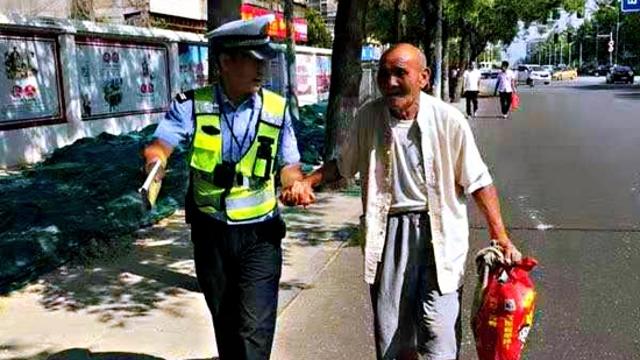 扶老人过马路 执勤民警平凡举动暖人心