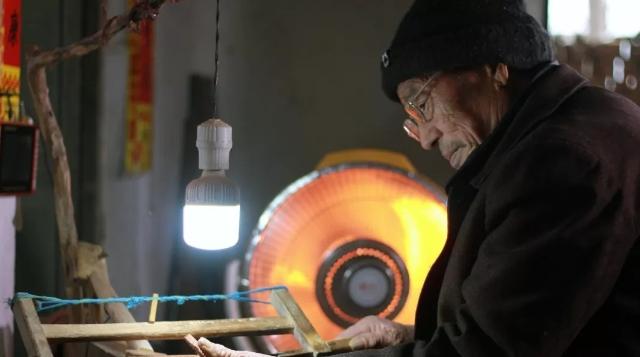 亚虎老虎机72岁老农手工制作枣木梳,32道程序