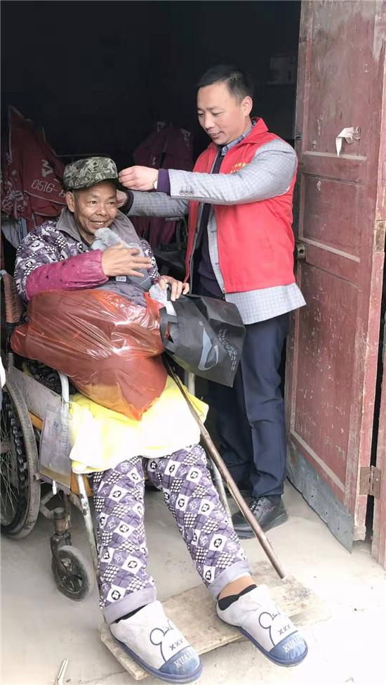 商水县邮政:主题活动开到农家院 修路送衣温暖贫困户