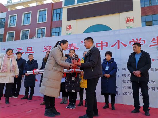 周口好人张俊鹏向扶沟县中小学捐赠书画作品