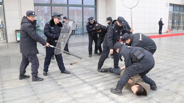 """周口警方举行""""春运安保""""应急演练"""