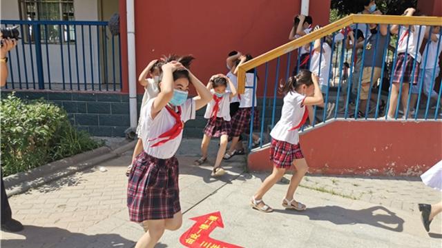 市文昌小学举行防震减灾安全疏散演练——提高师生防震减灾意识
