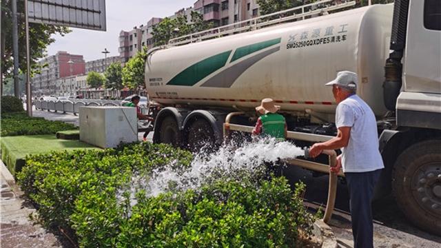 """周口园林工人为绿化植物""""消暑降温"""