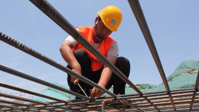 烈日下的建筑工人: 用汗水筑就城市之美