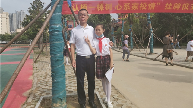 学校为国家树人 家长为学校树木——48棵小树有了新主人