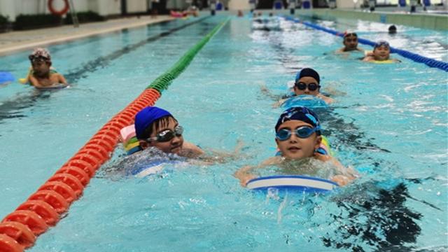 暑假孩子游泳健身受追捧