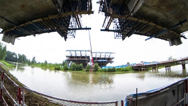 周口:北环跨贾鲁河大桥施工紧锣密鼓 力争年底合拢