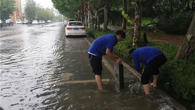 商水城管雨中疏通道路排水口