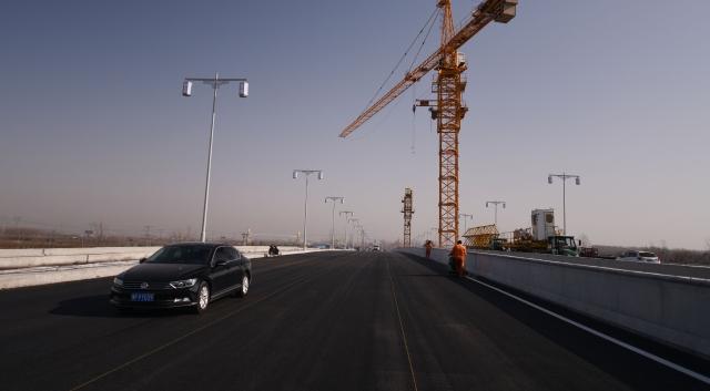周口北环路跨贾鲁河大桥路面柏油铺设完工年后有望通车