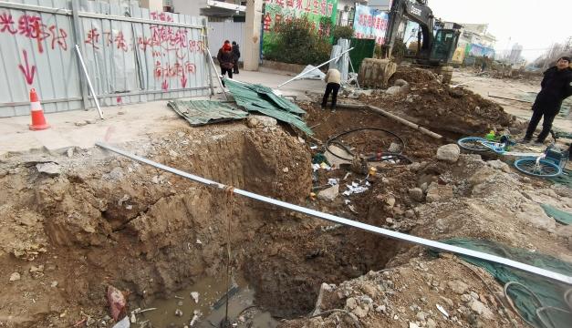 施工方挖断电缆,莲花路接连停电 供电部门连夜抢修送光明