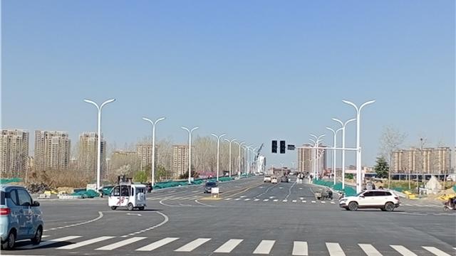 中原路跨沙颍河大桥安装路灯杆
