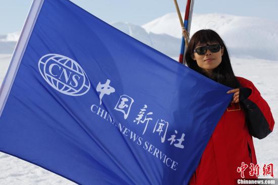 中新社南极中山站12月27日电 (记者 阮煜琳)中国第28次南极科考队内陆队员经过10天的艰难跋涉,目前已经奋力向南极内陆挺进了740公里,漫长的内陆征程已经过半。   12月16日,中国第28次南极考察内陆队8辆雪地车,拖拽满载着油料、后勤保障和科考建设物资的33个雪橇、200多吨物资从中山站附近出发,赶赴南极最高点冰穹A。由于车辆故障,内陆队已在途中暂留了2辆雪地车。目前26名内陆队员身体状况良好,车辆、设备运行正常。   12月26日,6辆雪地车拖载着24个雪橇的物资继续向南极冰盖最高点的冰穹A