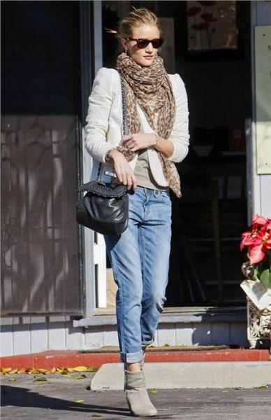 直筒牛仔裤卷边搭配复古短靴-明星出街 新奇裤装看点多