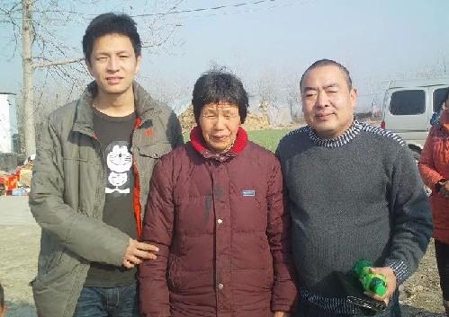 河南省/刘为夹(左)、刘为夹的母亲(中)与志愿者丁超(右)