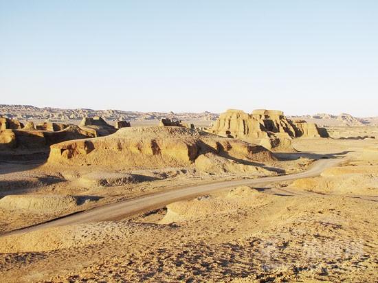经上亿年海水侵蚀、数千年风蚀雕琢的世界魔鬼城,是我国三大著名的雅丹地貌景区之一。由于位于国道217沿线新疆环北疆黄金旅游线上,较其他雅丹地貌具有便捷的交通优势,世界魔鬼城有着开发旅游的天然条件,目前已被新疆克拉玛依市成功打造成为国内外少有的雅丹地质公园。  世界魔鬼城风光 前不久,克拉玛依市邀请国内旅游规划专家,对世界魔鬼城景区产品和服务质量做了系统规划,编制完成了《世界魔鬼城景区创建国家5A级景区景观质量提升规划》以及相关《设计方案》,提出要在两年内把世界魔鬼城景区打造成为环准