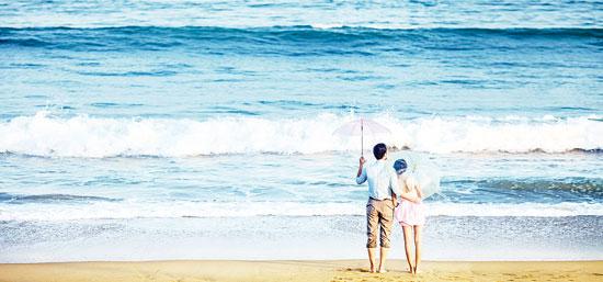 近些年,海南已经成为国内蜜月游、婚纱摄影热门目的地。事实上,海南婚纱摄影也成为众多搜索中的一个热门词。  独特的海岛风情,吸引着年轻人来海南旅游+婚拍 习焕弘 摄 来琼拍婚纱照渐成时尚 蓝天白云、阳光沙滩、蔚蓝大海和翠绿椰子树构成海南美丽迷人的热带风情画面。作为天然影棚的海南岛每年吸引众多新人来拍摄婚纱照和度蜜月。在椰树下和沙滩边配合摄影师的提示摆出各种动作,尽情展示着爱的甜蜜。 笔者注意到,天气好时,海口西海岸每天可以看见很多对新人在拍婚纱照;在三亚湾,