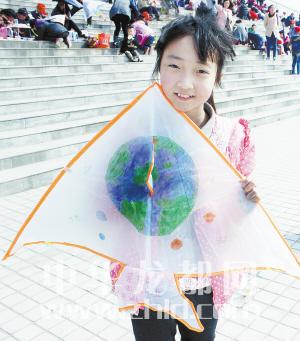 300小记者手绘风筝放飞梦想