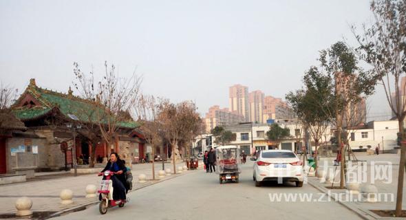 《中国经济周刊》 记者 姚冬琴北京报道 某教授到北京参加雾霾经济学研讨会,结果因为雾霾,飞机无法降落北京机场,没赶上会议时间,又飞回去了。 这听起来像个段子,但生活远比段子更加真实。 2016年12月16日开始,京津冀及周边持续一周重度雾霾,共有27个城市启动了红色预警。雾霾最严重的19日、20日,北京首都机场有上百架次航班被取消。这位教授正赶上了这个当口来北京,结果无功而返。 入冬以来,中国北方多次经历大范围雾霾过程。在12月20日的最高峰值中,188万平方