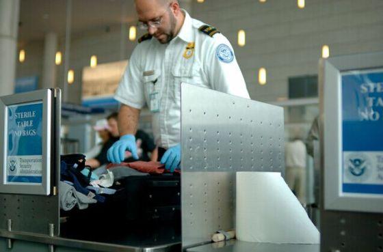 要求旅客将体积大于手机的电子设备存放于托运行李中