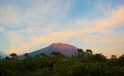 印度尼西亚国家抗灾署22日将巴厘岛上阿贡火山的警戒级别提升至最高